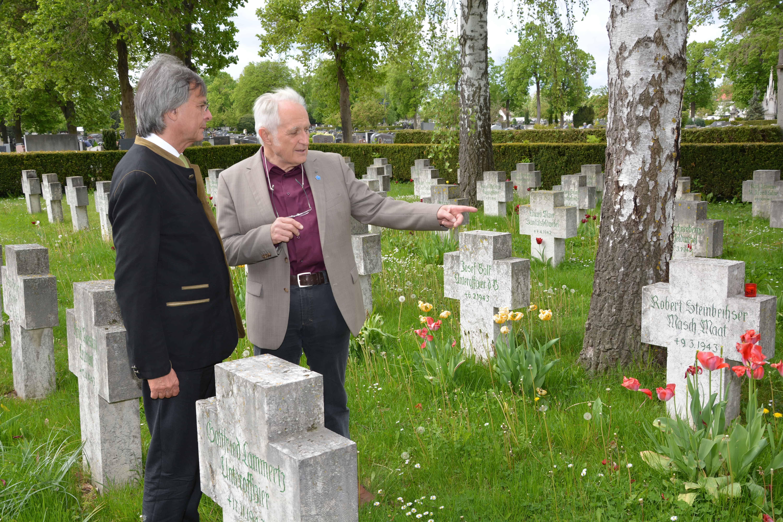 Regierungspräsident Axel Bartelt besuchte Kriegsgräber