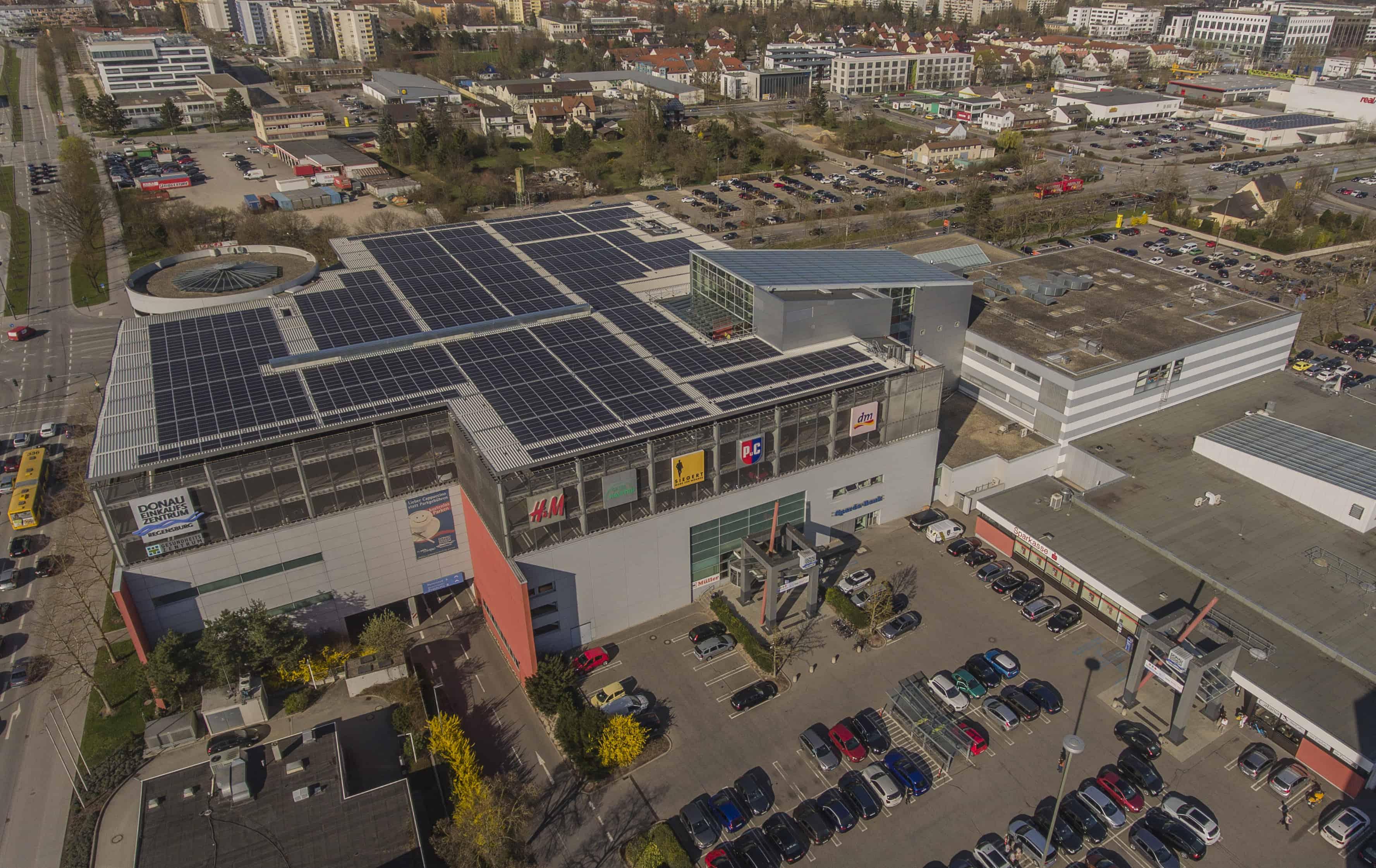 Photovoltaik-Kraftwerk über dem Donau-Einkaufszentrum