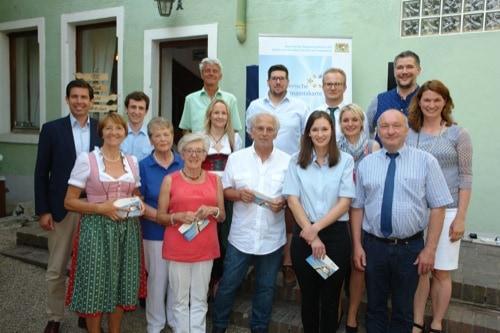 Landrätin Tanja Schweiger überreicht Ehrenamtskarten