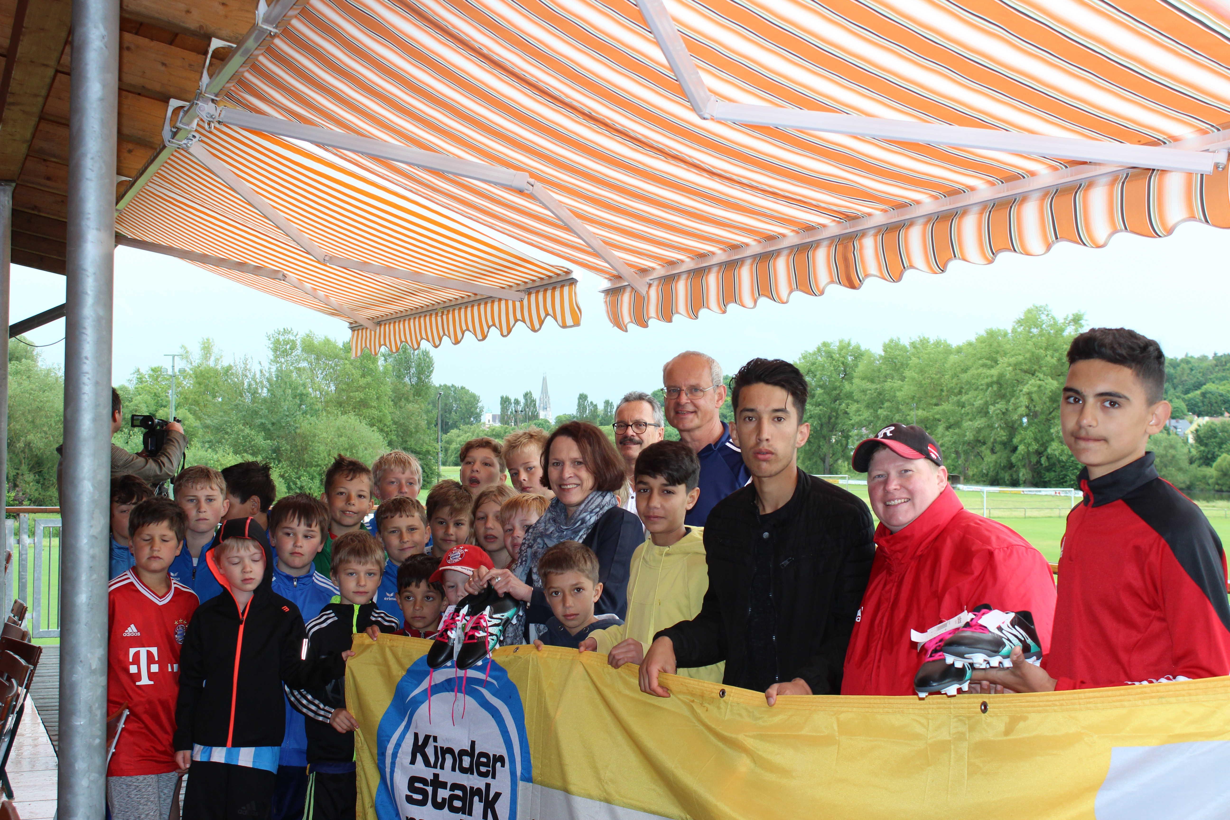 Regensburg hilft Flüchtlingskinder: Neue Fußballschuhe zum Spielen