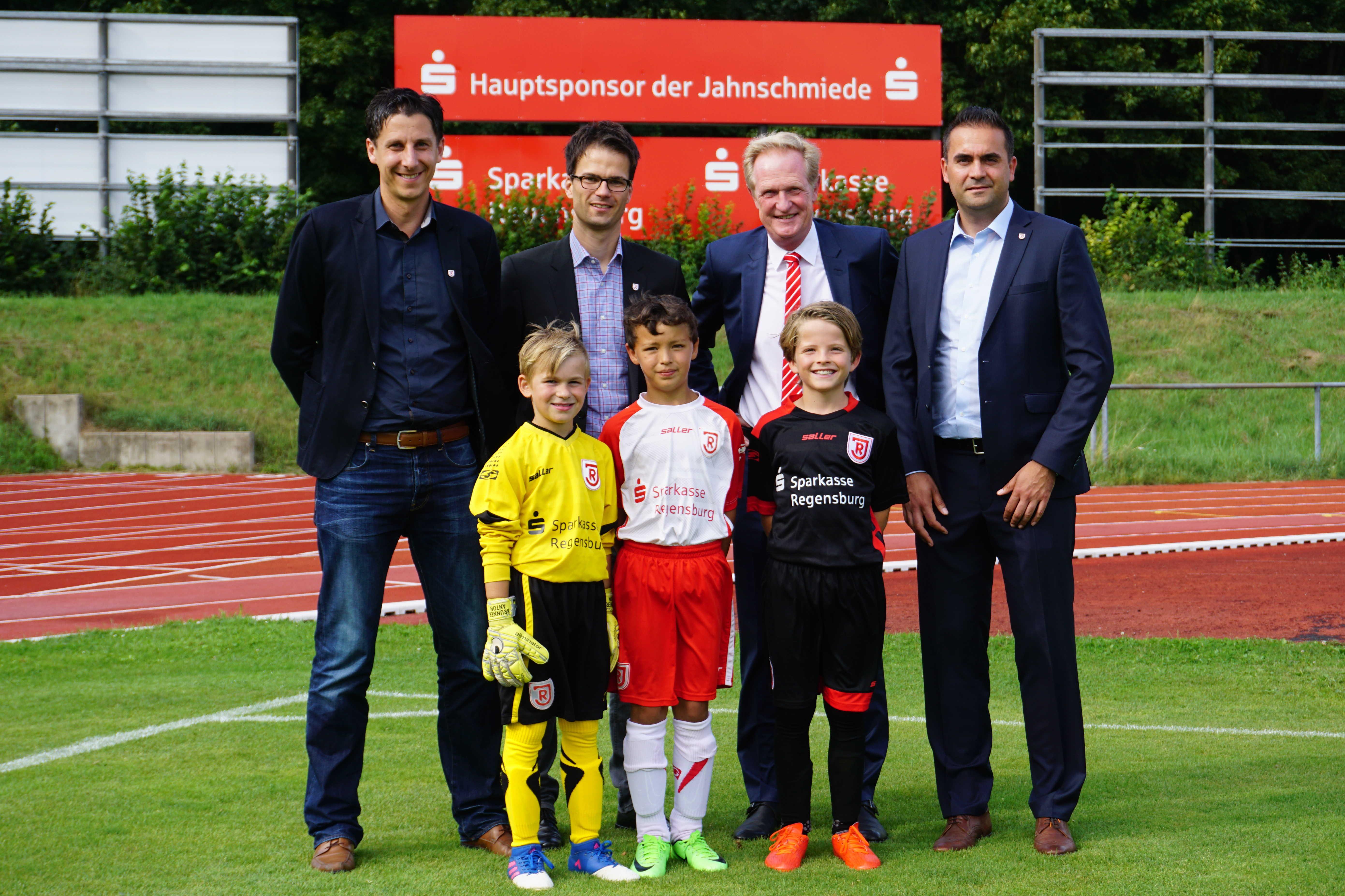 Sparkasse Regensburg bleibt Hauptsponsor der Jahnschmiede