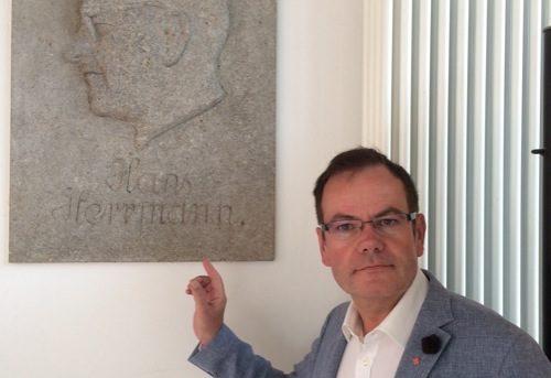 Regensburg: Stadtrat Christian Janele lässt Nazi-Bürgermeister Hans Herrmann beseitigen