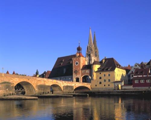 Regensburg: Mann aus Eritrea springt von Steinerne Brücke in die Donau