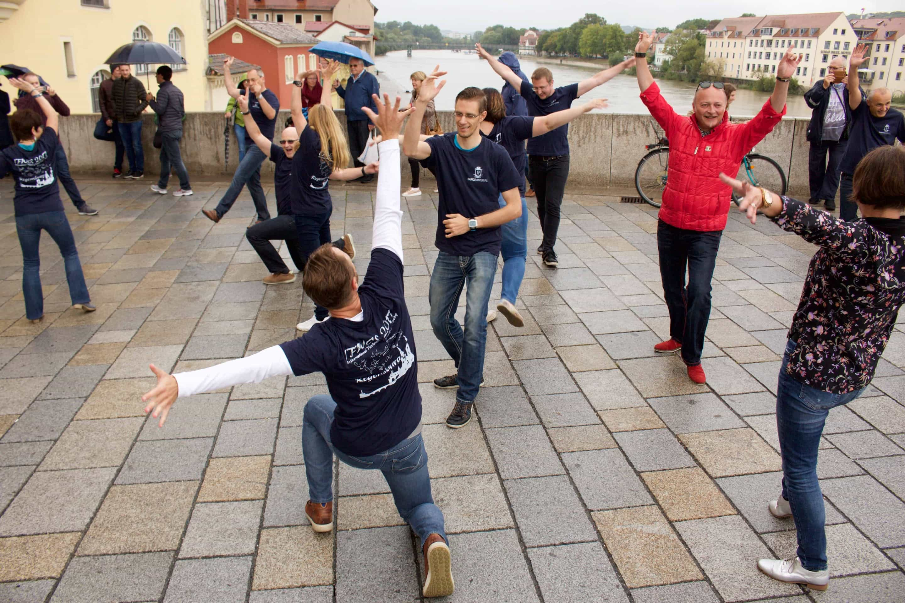 International Flashmob West Coast Swing auf der Steinernen Brücke in Regensburg