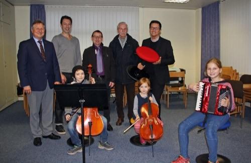Organsiatoren des Neutraublinger Se(e)laufs spenden für Städtische Sing- und Musikschule Neutraubling