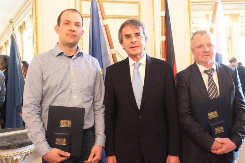 Regierungspräsident Axel Bartelt überreicht Rettungsmedaillen und öffentliche Anerkennungsurkunden