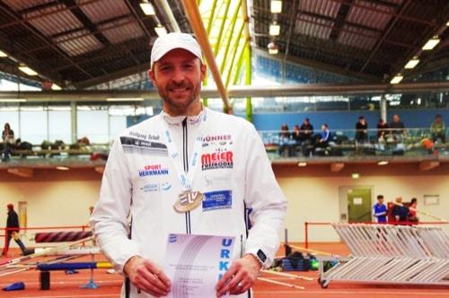PowerNordicWalker Wolfgang Scholz aus Regensburg überrascht bei den Bayerischen Meisterschaften in Bahngehen
