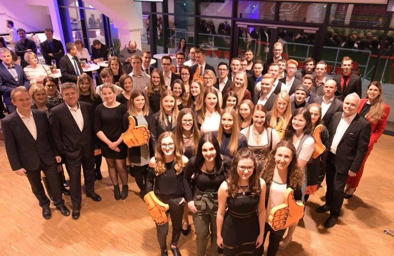 Continental: 52 Azubis und Bachelor-Studenten feiern