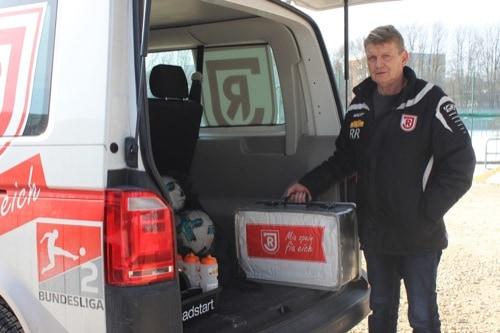 Reinhold Reisinger, Betreuer der Mannschaft des SSV Jahn Regensburg, ist der Star abseits des Fußballplatzes