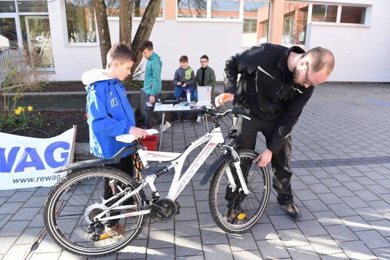 Rewag-Aktion: Verkehrssichere Räder für Grundschüler