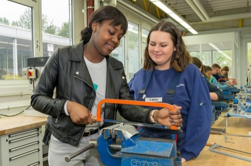 72 junge Frauen beim Girls Day im BMW Group Werk Regensburg