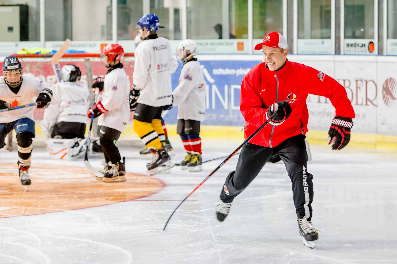 Dominik Kahun trainierte Kinder in International Ice Hockey Academy
