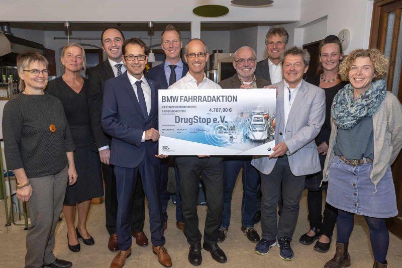 BMW-Mitarbeiter erradeln 5.000 Euro für DrugStop Drogenhilfe