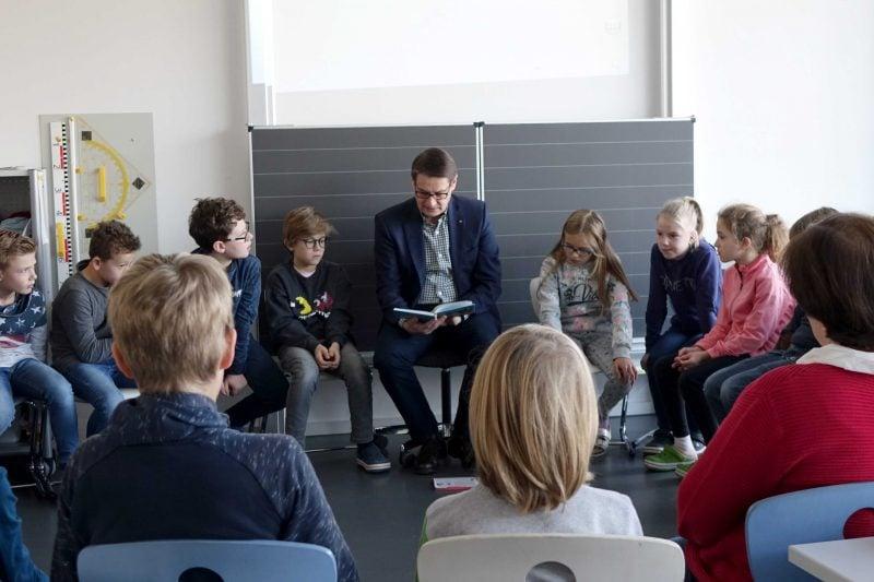 AOK Regensburg unterstützt bundesweiten Vorlesetag