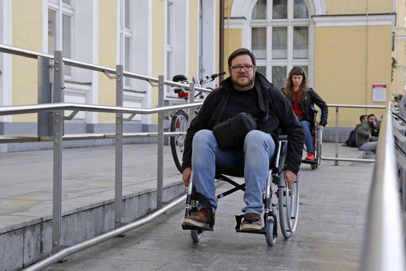 Tückische Alltagshürden für Rollstuhlfahrer