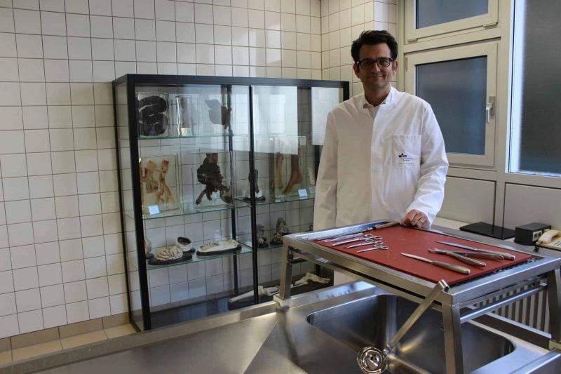 Blizz-Redakteur Matthias Dettenhofer schaut dem Pathologe Professor Brochhausen-Delius aus Regensburg über die Schultern