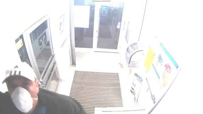 Polizei bittet Öffentlichkeit um Mithilfe Aufbruchversuch an Geldautomat in Gebenbach – Fahndung nach unbekanntem Täter