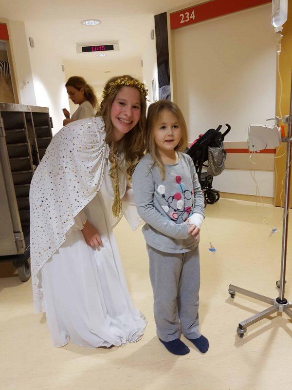 Himmlischer Besuch: Schokolade und ein Lächeln für die kleinen Patienten Fürstliches Christkind in der Regensburger Kinderklinik