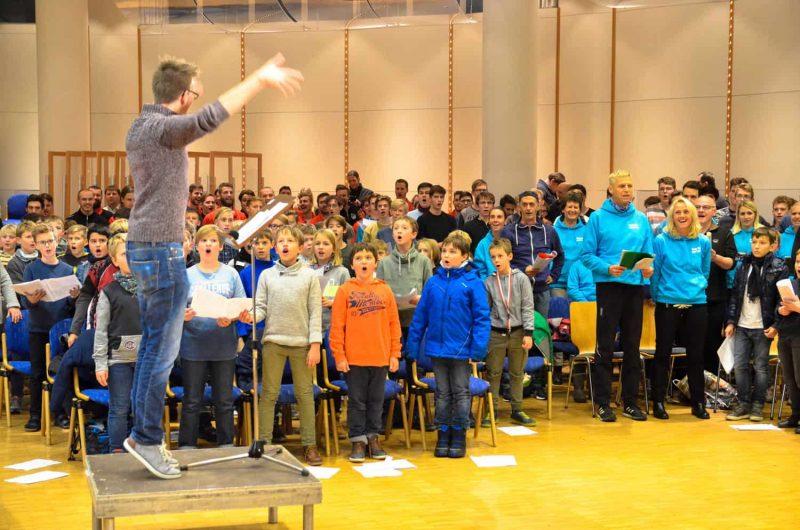 Musizieren und singen im Kreise der Familien Großes Regensburger Weihnachtssingen in der Armin-Wolf-Arena am 22. Dezember