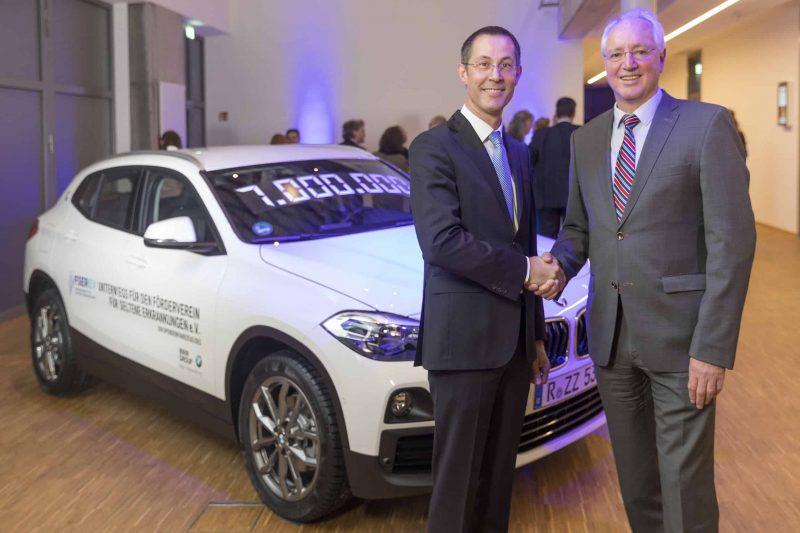 Hilfe für Menschen mit seltenen Erkrankungen Das BMW Group Werk Regensburg spendet den 7-millionsten BMW aus Regensburg
