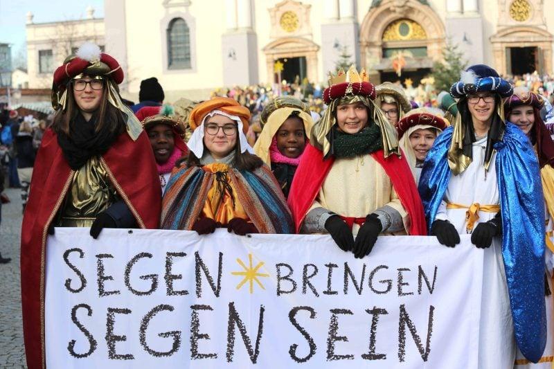 Sternsinger bringen Segen in Häuser Bundesweite Aussendungsfeier mit Bischof Voderholzer und Bischof Oster in Altötting