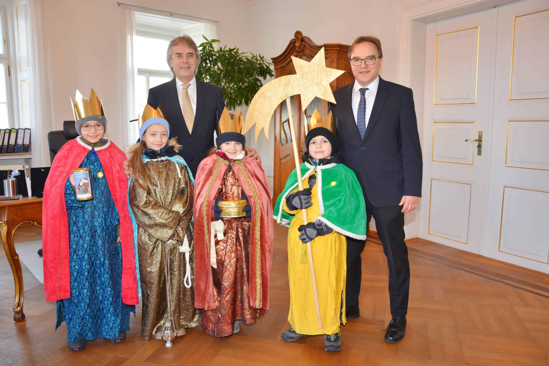 Traditioneller Neujahrsbesuch Sternsinger besuchen Regierung der Oberpfalz