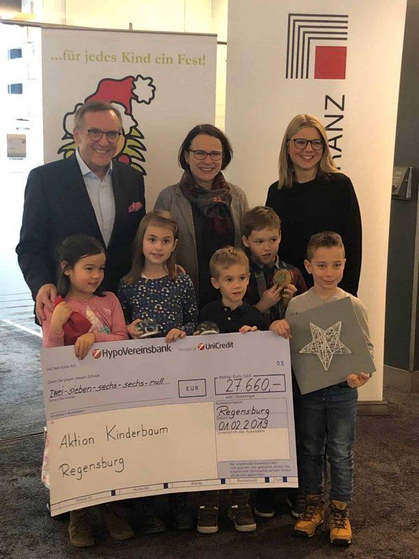Euroassekuranz spendet 27.660 Euro für Aktion Kinderbaum Geld aus interner Versteigerung auf Weihnachtsfeier