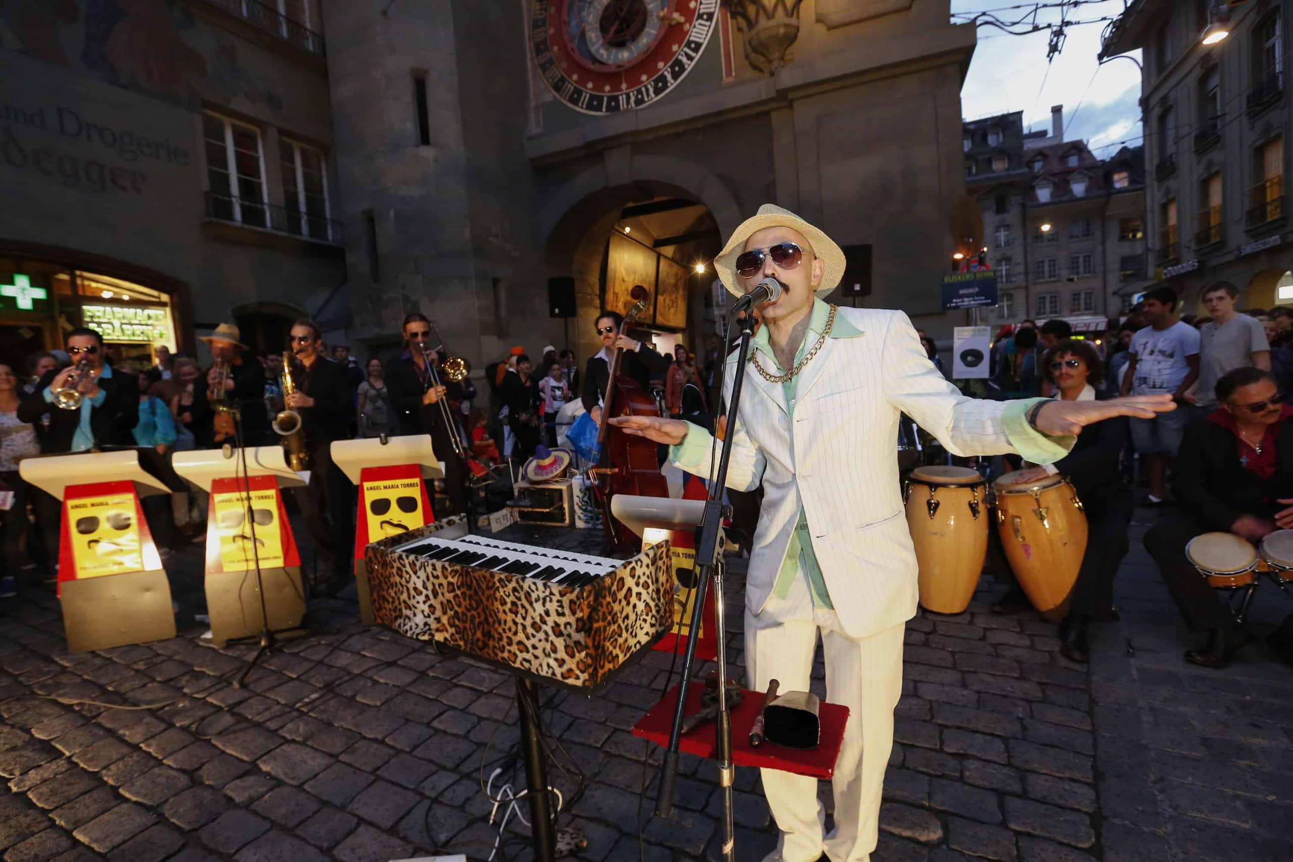 Mambo live im Tiki Beat Regensburg Angel Maria Torres lässt den Laden kochen
