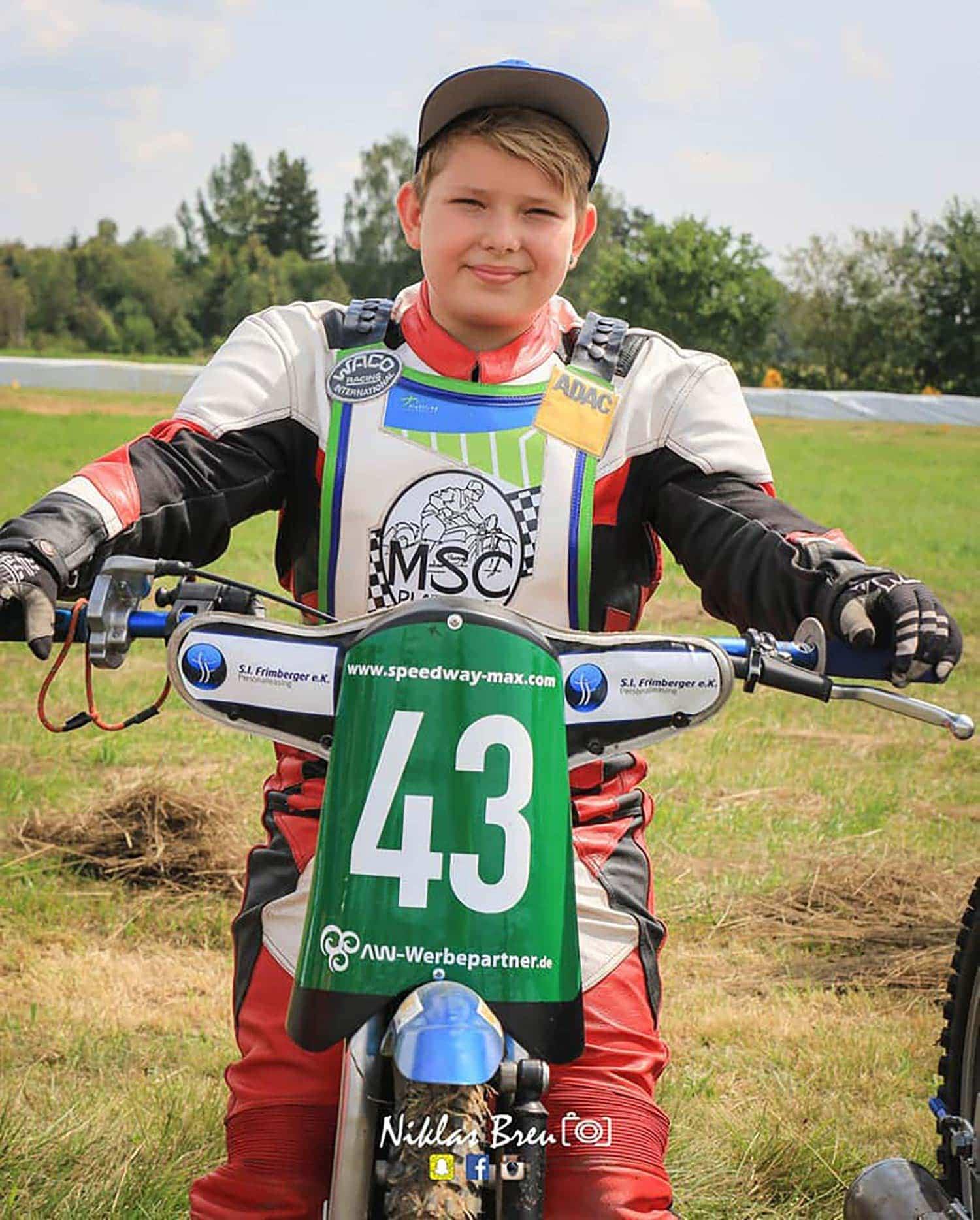 """Maximilian Gammel (12) ist ein Nachwuchstalent im deutschen Speedway-Sport. Der Schierlinger kann schon große Erfolge vorweisen. Heuer fährt er für die """"Young Devils"""". In der Kurve mit """"Speedway-Max"""""""