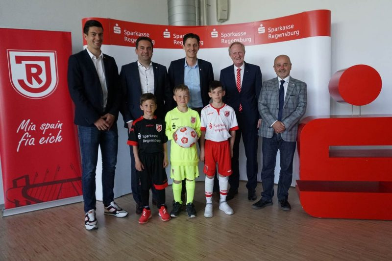 Erfolgreiche Nachwuchsarbeit des Fußball-Zweitligisten SSV Jahn Regensburg Jahnschmiede wird mit Stern ausgezeichnet