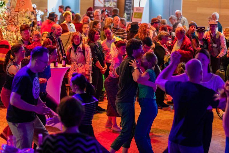"""Jubiläum des Tagungs- und Veranstaltungszentrums marinaforum im Stadtosten Regensburgs marinaforum feiert bei """"Marina Furiosas TeeTafel"""" Geburtstag"""