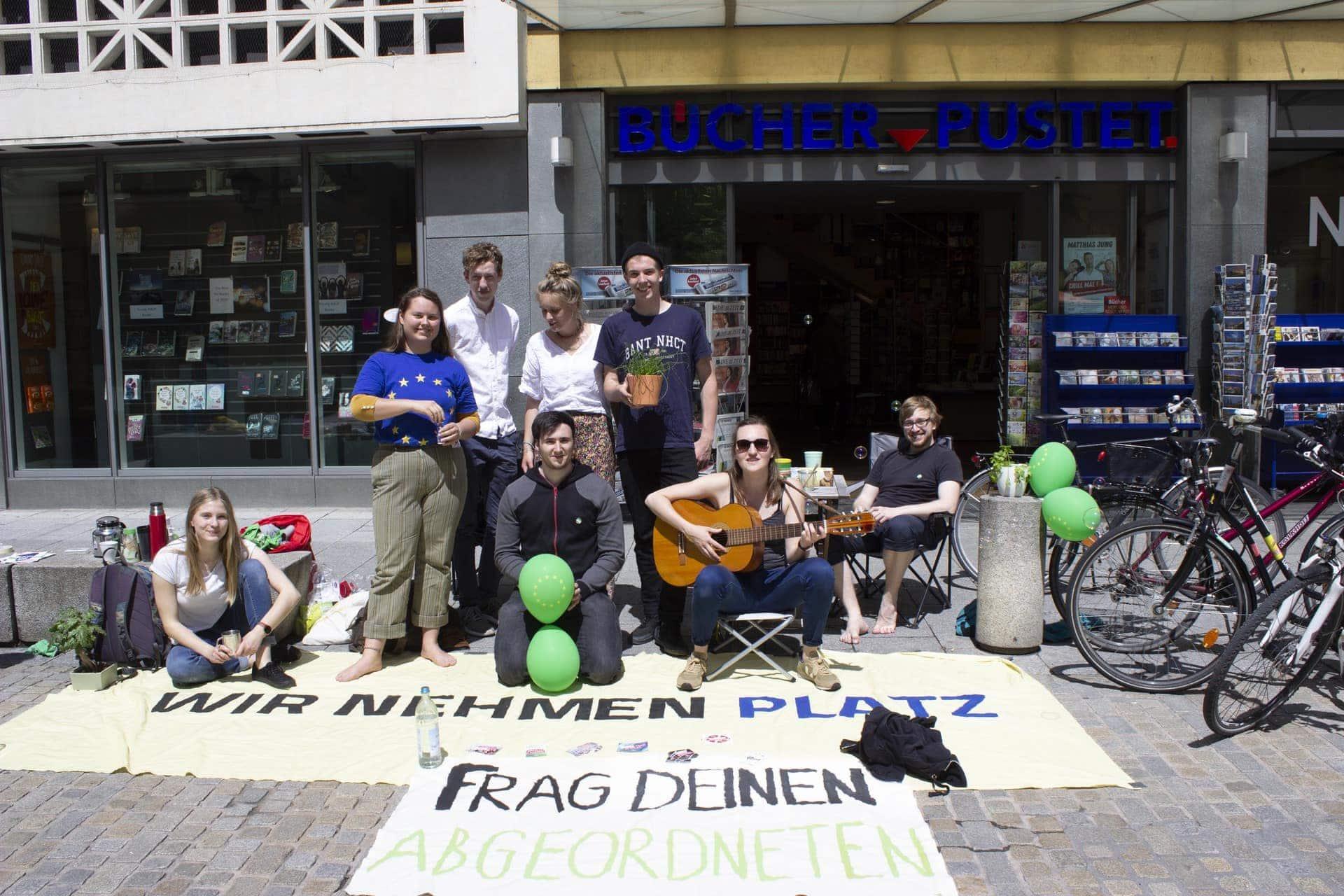 GRÜNE JUGEND macht in Regensburg auf Platzverbrauch von Autos aufmerksam Aktion mit Landtagsabgeordnetem Florian Siekmann