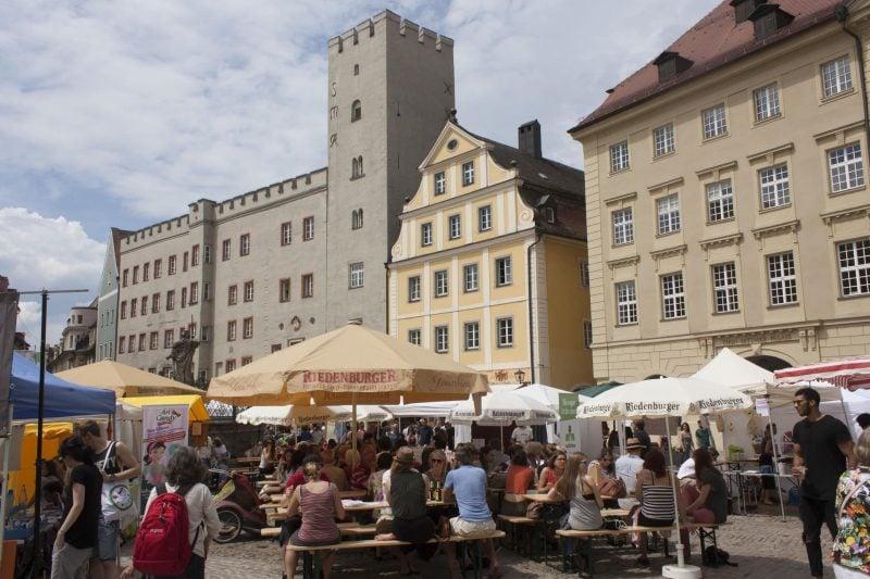 Ein großes, buntes Straßenfest, regional und nachhaltig Veggie Markt auf dem Haidplatz