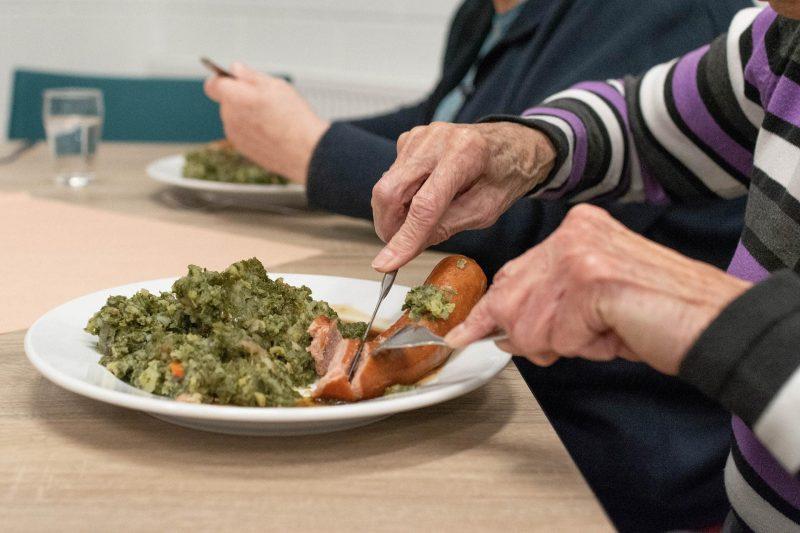 Malteser unterstützen bedürftige ältere Menschen mit warmen Mahlzeiten Mahlzeit-Paten für Senioren gesucht