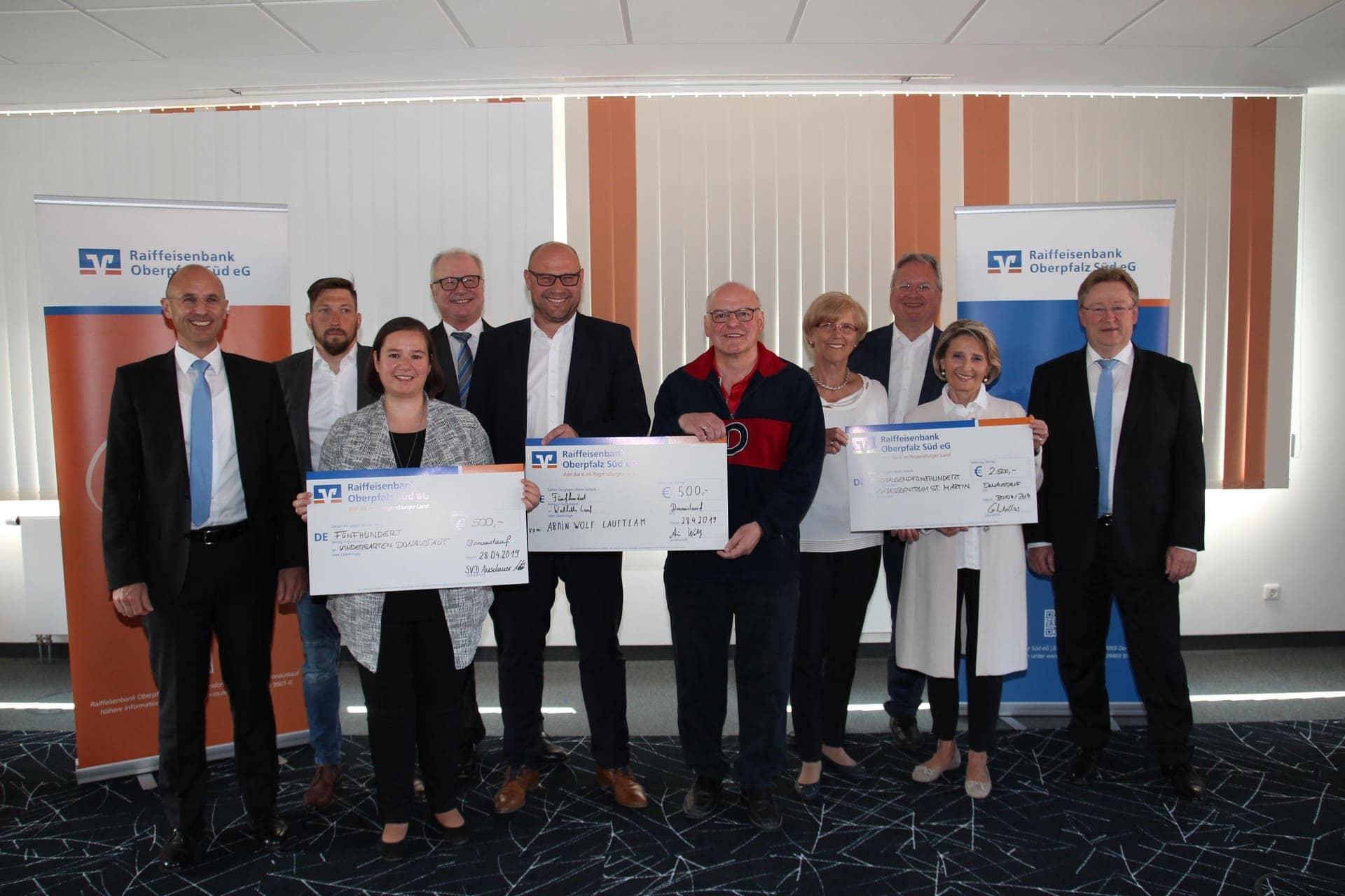 Raiffeisenbank Oberpfalz Süd eG unterstützt 10. Walhalla-Lauf Spenden gehen an Kinderzentrum St. Martin und Katholischen Kindergarten Donaustauf
