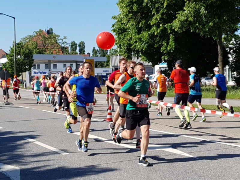 28. Regensburg Marathon bei strahlendem Sonnenschein Läufer trotzen der Hitze auf ihrem Weg durch die Domstadt
