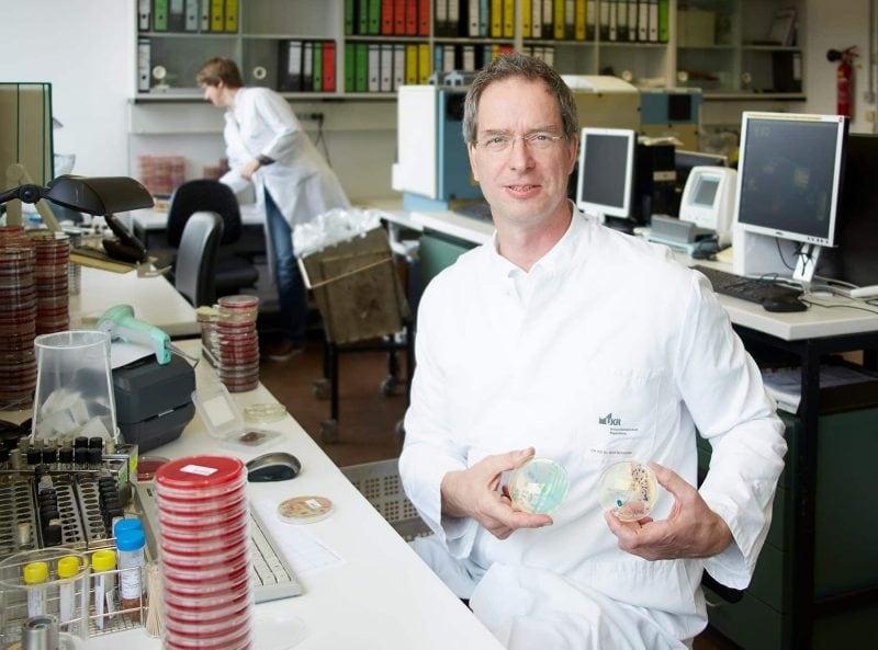 Universitätsklinikum Regensburg beschreitet neue Wege in Forschung, Lehre und Patientenversorgung Bayernweit erste Abteilung für Krankenhaushygiene und Infektiologie am UKR gegründet