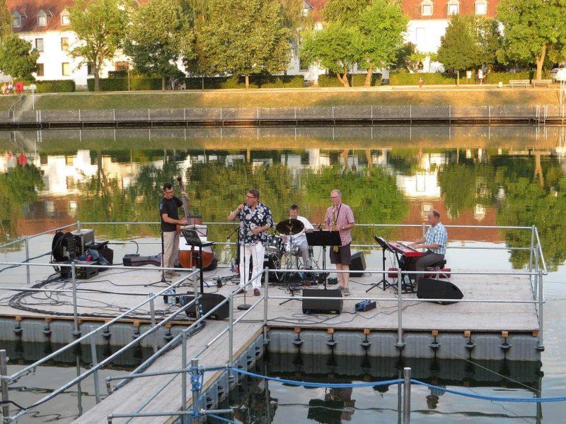 """""""Kultur im See"""" in Neutraubling Musik auf der schwimmenden Seebühne"""