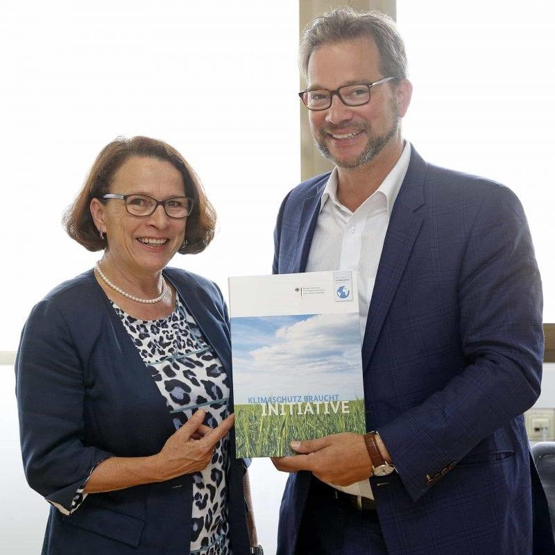 Florian Pronold übergibt Förderbescheid an Gertrud Maltz-Schwarzfischer Bund fördert Radverkehr in  Regensburg mit 1,1 Mio. Euro