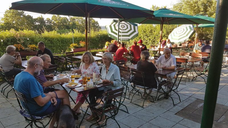 """Gutbürgerliche Küche gibt's in der Gartenwirtschaft """"Drei-Bäumerl-Berg"""" in Regensburg Grünes Idyll in Königswiesen"""