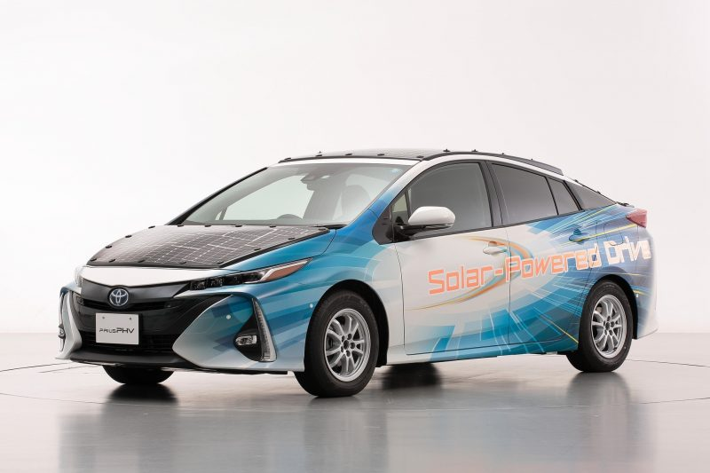 Toyota testet Plug-in-Hybridfahrzeuge mit hocheffizienten Solarbatterien Mehr Reichweite mit der Kraft der Sonne