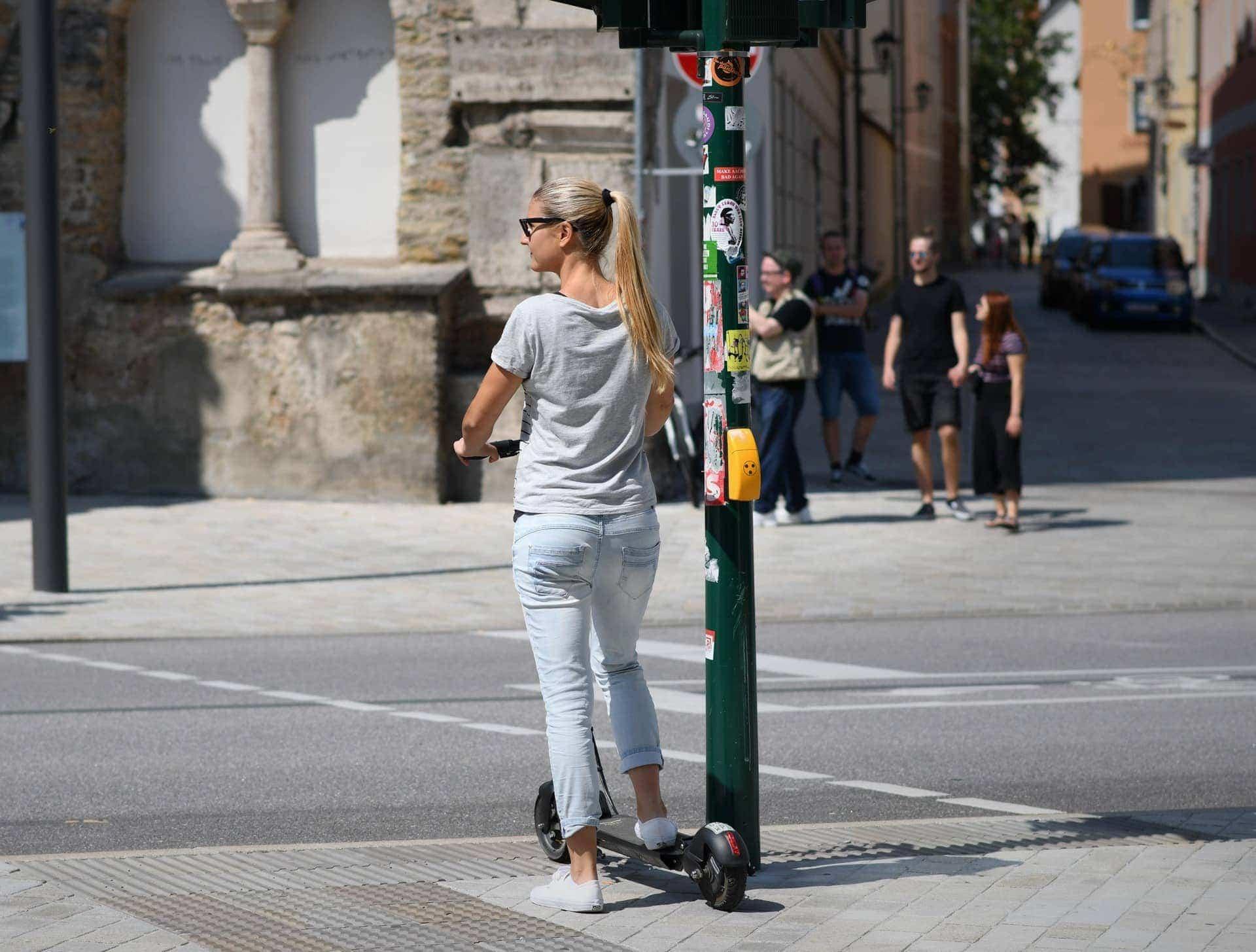 E-Scooter in Regensburg Tretroller mit Elektroantrieb nehmen langsam auch in der Domstadt Fahrt auf