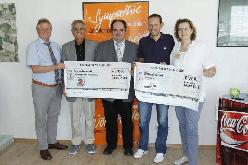 Spenden aus Globus Kinderfest Neutraublinger Bahnengolfer und Sindiso freuen sich über Globus-Spende