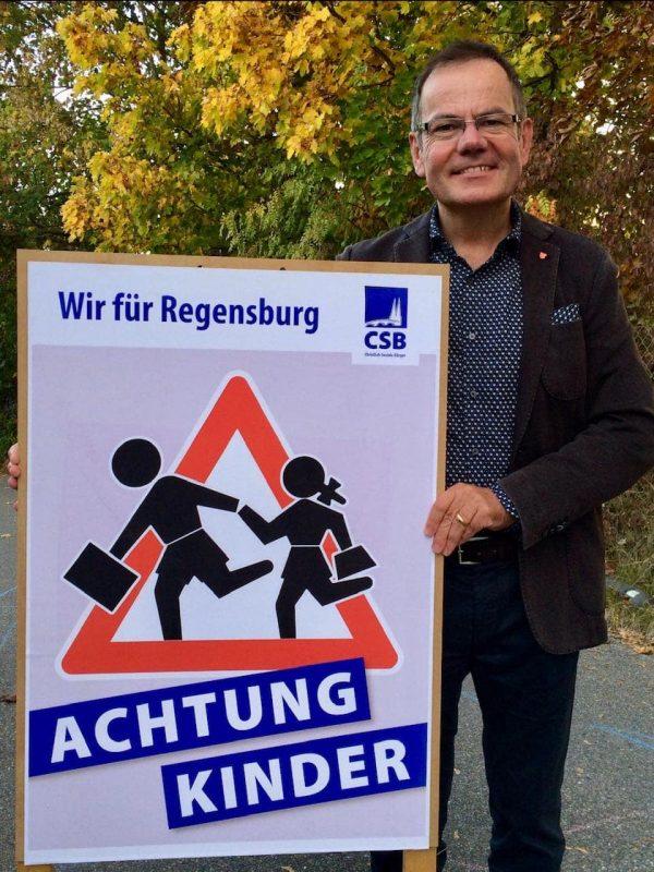 Stadtrat Christian Janele für Ausbau des Fahrradnetzes in Regensburg Plakataktion zur Sicherheit von Kindern