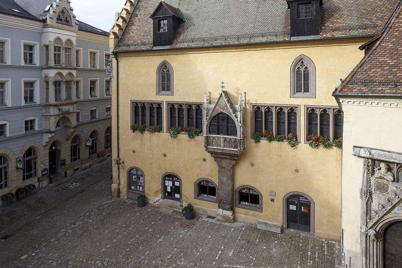 Sturz eines Bauteils auf den Rathausplatz Sanierung am Alten Rathaus beendet