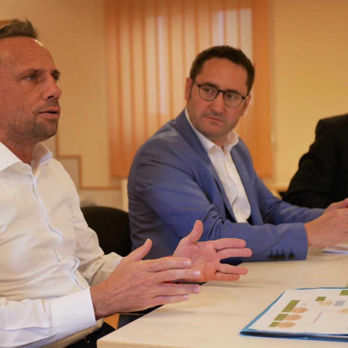 """Staatsminister Thorsten Glauber tauschte sich im Landkreis Regensburg mit Kommunalpolitikern aus. Die Gespräche wurden als """"offen und konstruktiv"""" bewertet. Konstruktive Klausur: Umweltminister hat ein offenes Ohr"""