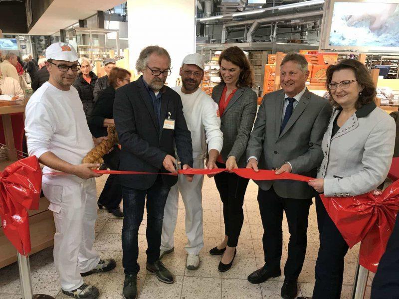 Meisterbäckern bei der Arbeit zusehen Gläserne Backstube im Globus Neutraubling eröffnet