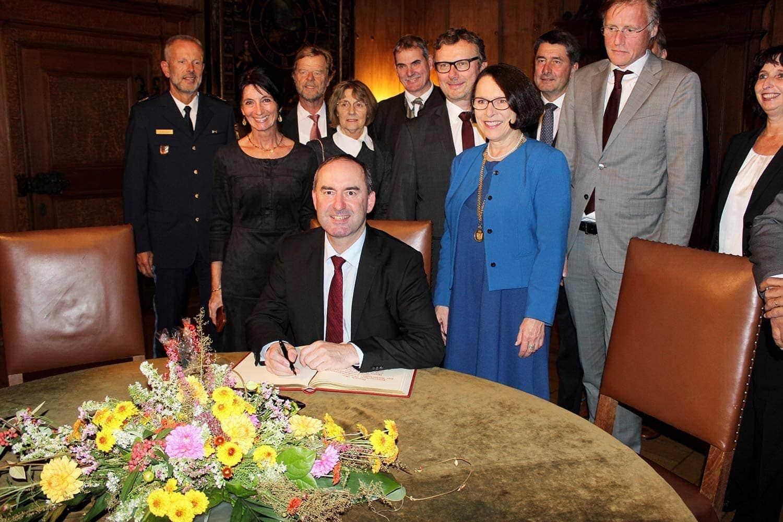 Infineon feiert 60. Geburtstag Aiwanger, Yogeshwar und Co. gratulierten dem Halbleiter-Spezialisten