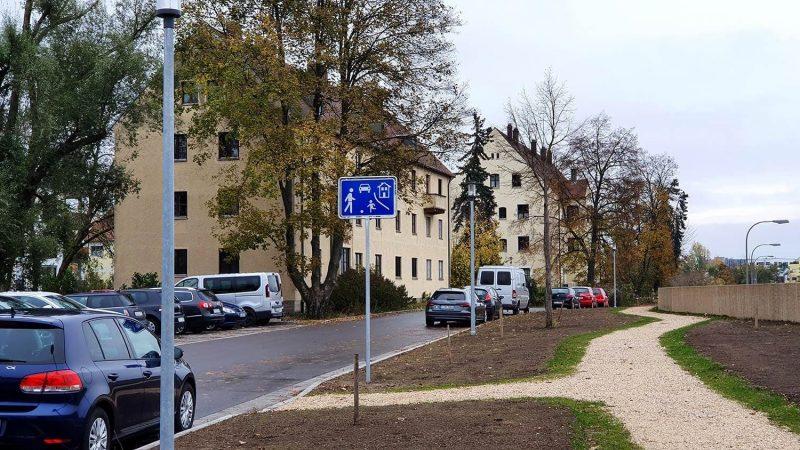Regensburg: Anwohner dürfen hier nicht mehr parken. Ein Schildbürgerstreich? Zu wenig Platz für Fußgänger?