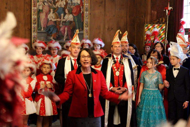 Narren übernehmen Altes Rathaus in Regensburg Karnevalsgesellschaften läuten fünfte Jahreszeit ein
